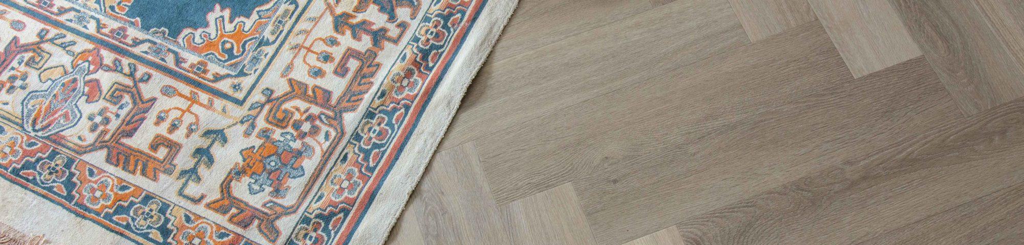 visgraat pvc-vloer met vloerkleed